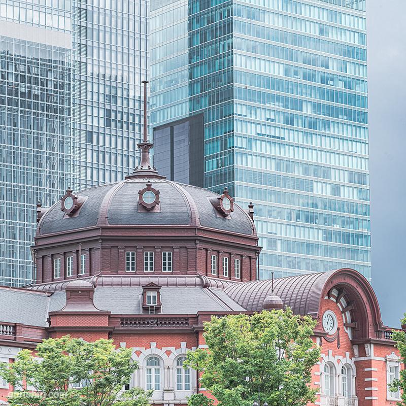 東京駅と高層ビル群