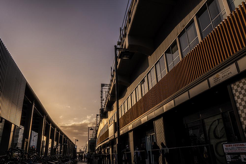 京都駅と夕日の写真