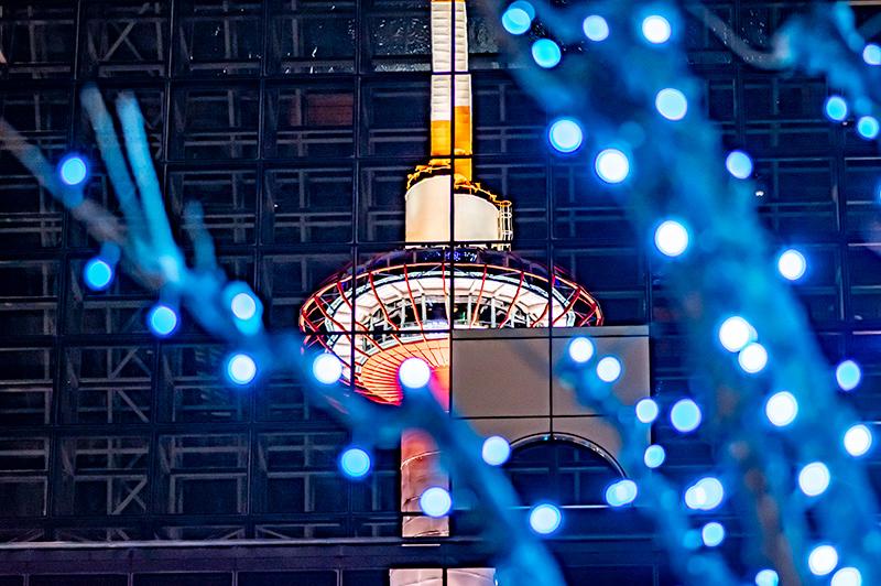 京都駅に写りこむ京都タワー