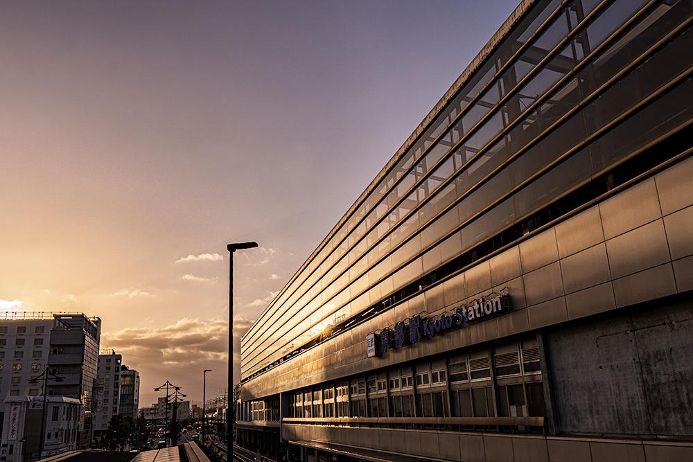 京都駅の八条口と夕日