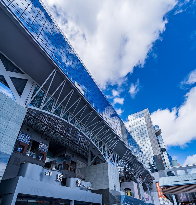 京都駅の外観と青空